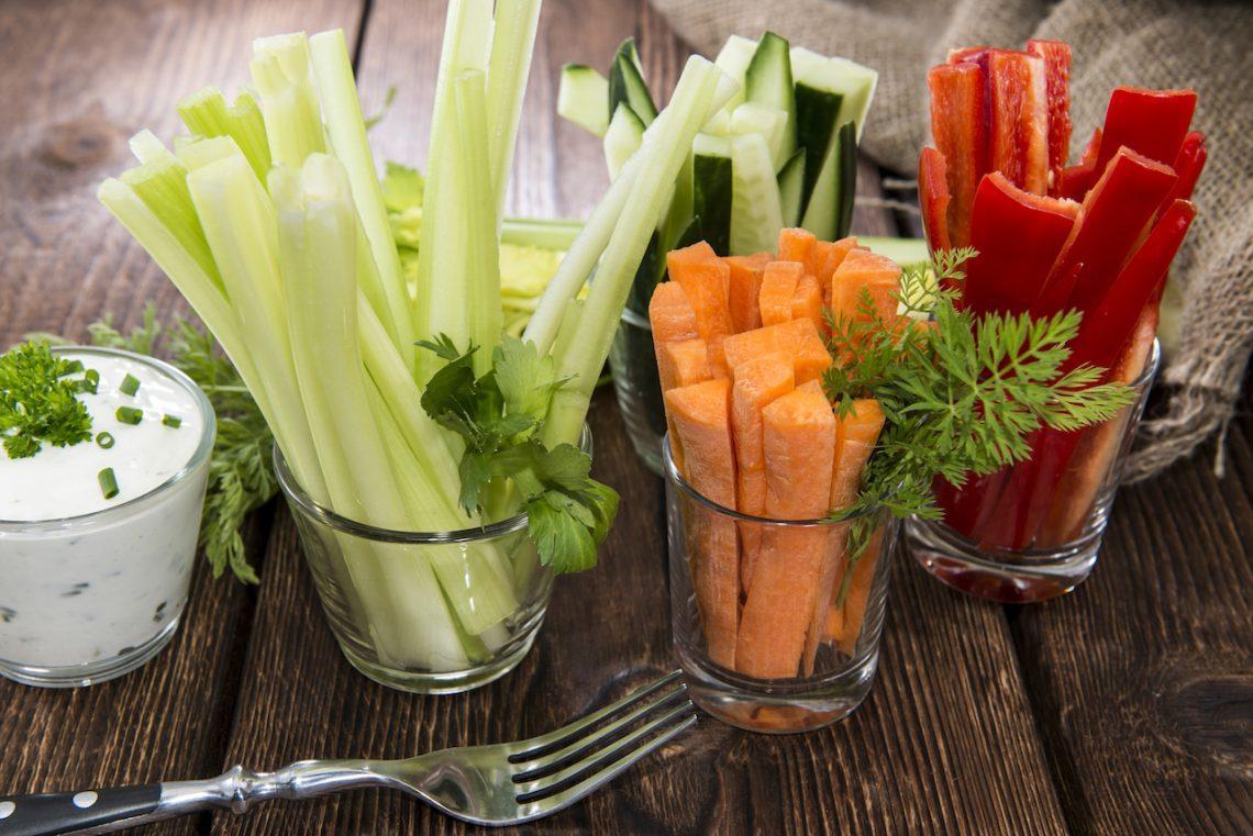 Allerlei Gemüsesticks mit Kräuterquark