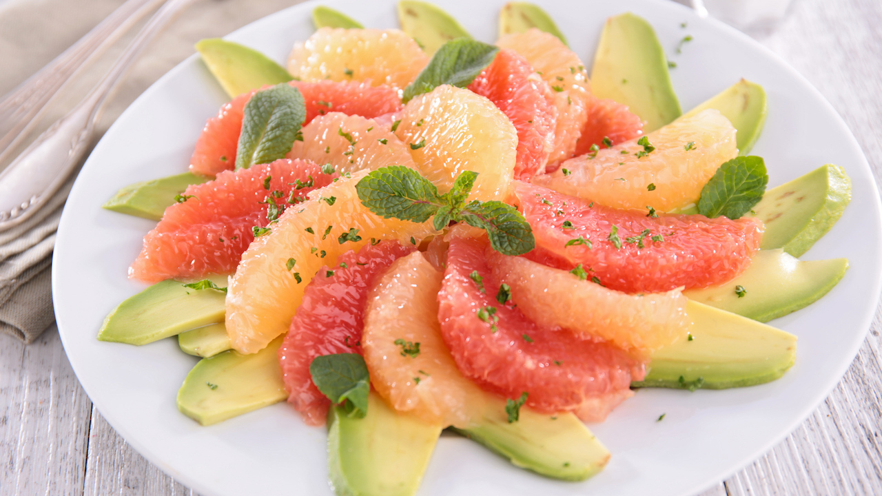 Grapefruit Avocado Salat mit Kräuterdressing