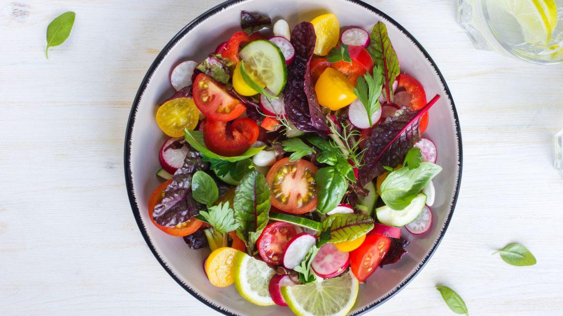 Salat mit bunten Tomaten und Radieschen