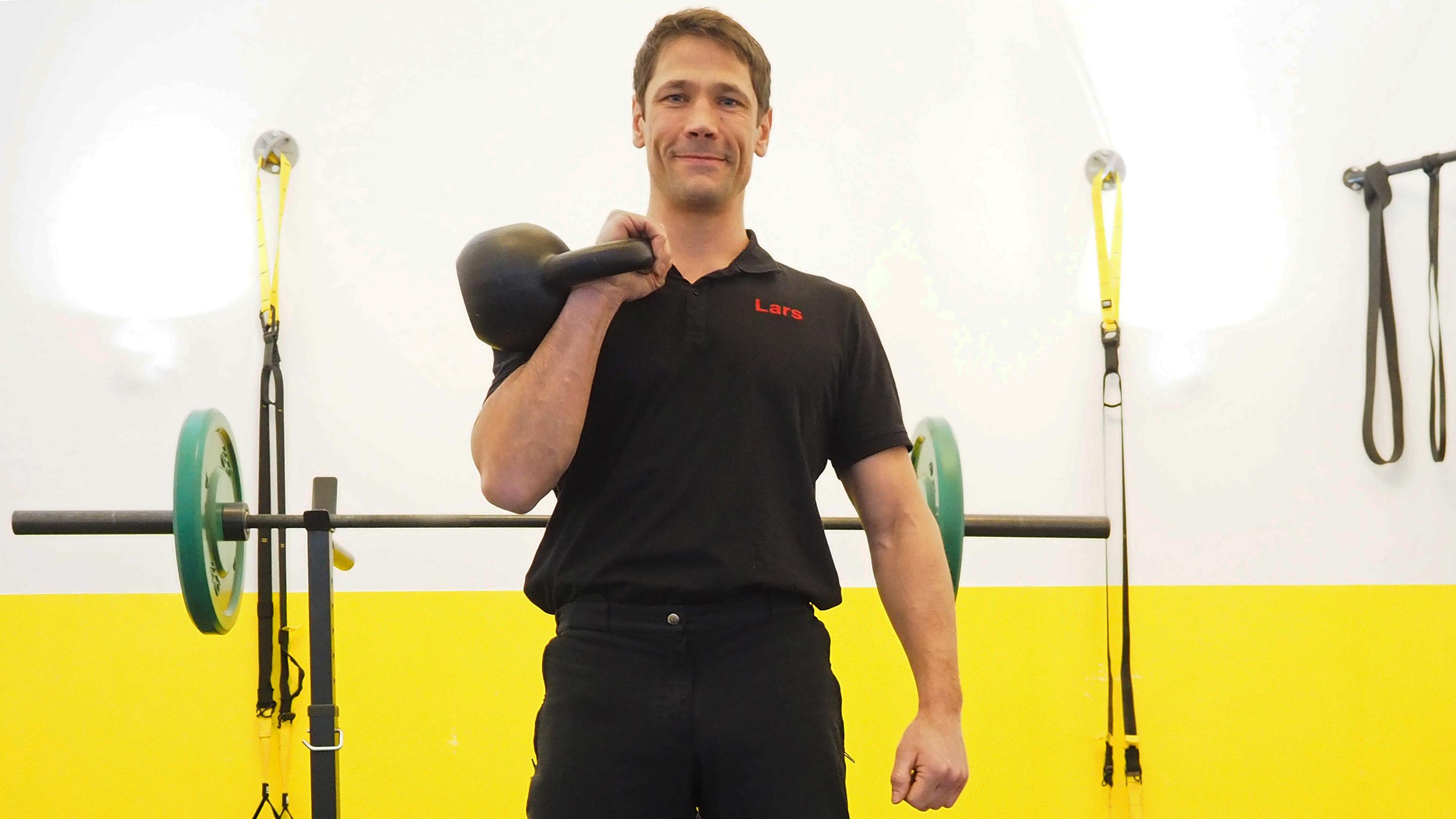 Personal Trainer Lars Rosenbaum mit Kettlebell