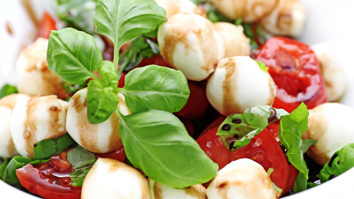 Mozzarella mit Tomaten, Rucola und Pesto