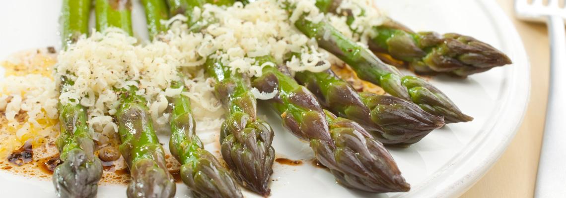 Gegrillter Spargel mit Parmesan und Guacamole