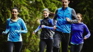 Eine Gruppe joggt durch den Wald.