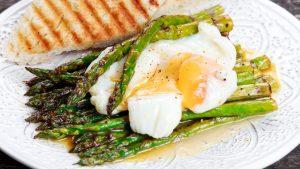 Pochierte Eier mit Spargel und Brot