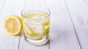Wasser mit frischer Zitrone