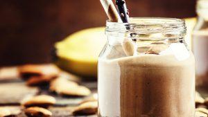 Smoothie mit Banane und rohem Kakao