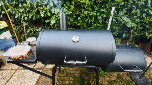 Im Smoker wird das Fleisch mehrere Stunden gegart.
