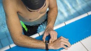 Withings Steel HR beim Schwimmen.