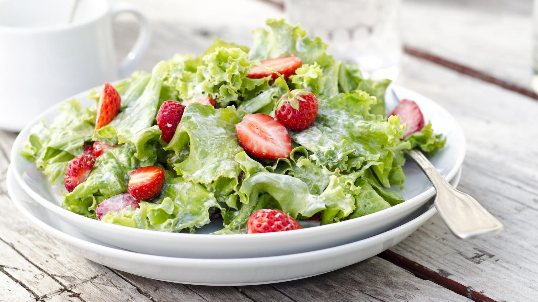 Sommersalat mit Erdbeeren
