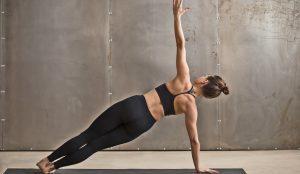 Frau fuehrt Side Plank durch