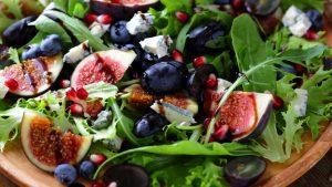 Rucola Salat mit Trauben Feigen und Gorgonzola