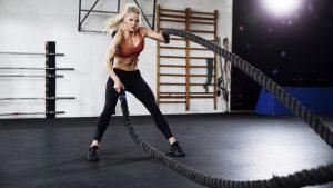 Frau HIIT Training mit Rope