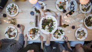 Gemeinsames Essen mit Freunden