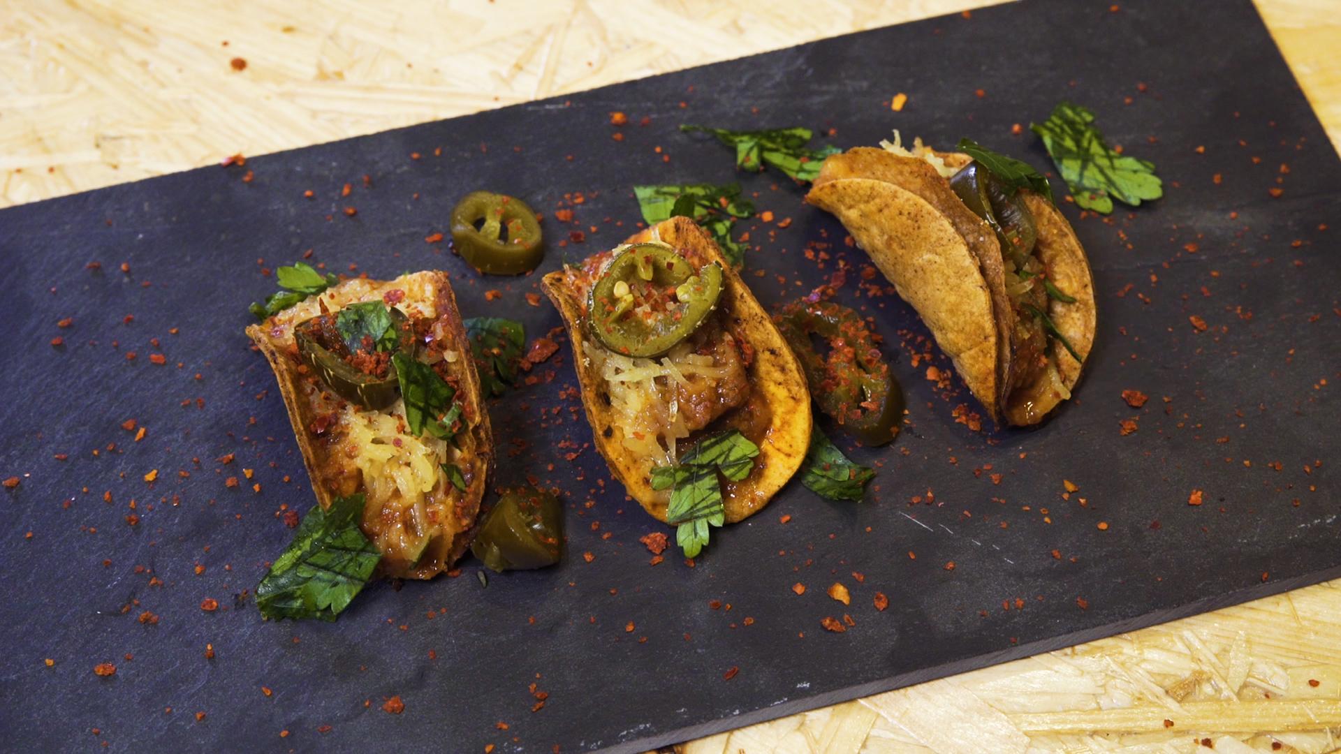 Mini Tacos mit Chili, Käse und Guacamole