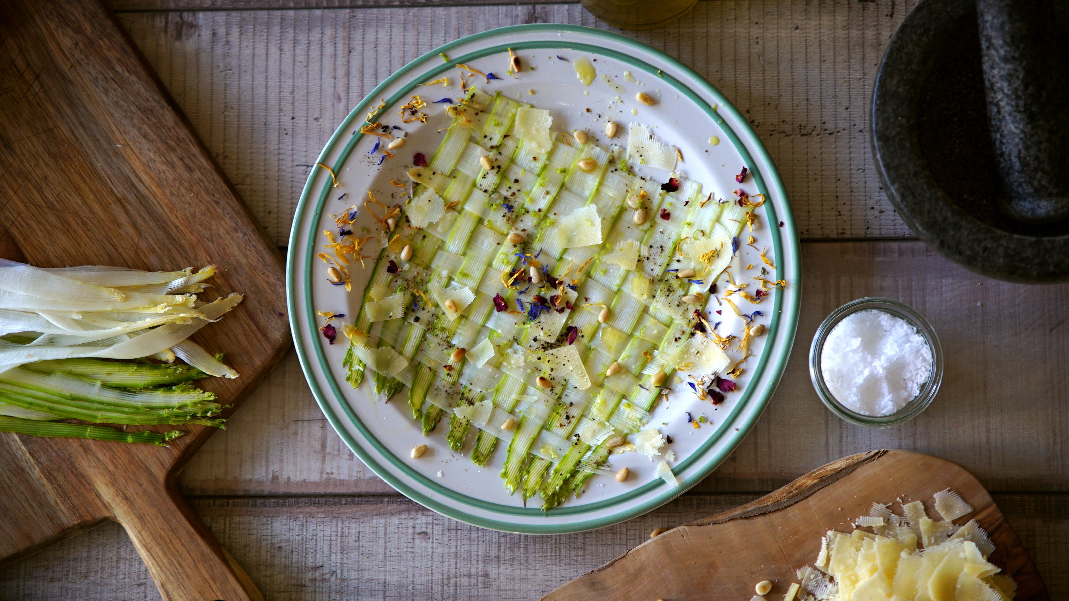 Spargel-Carpaccio mit Pinienkernen und Parmesan