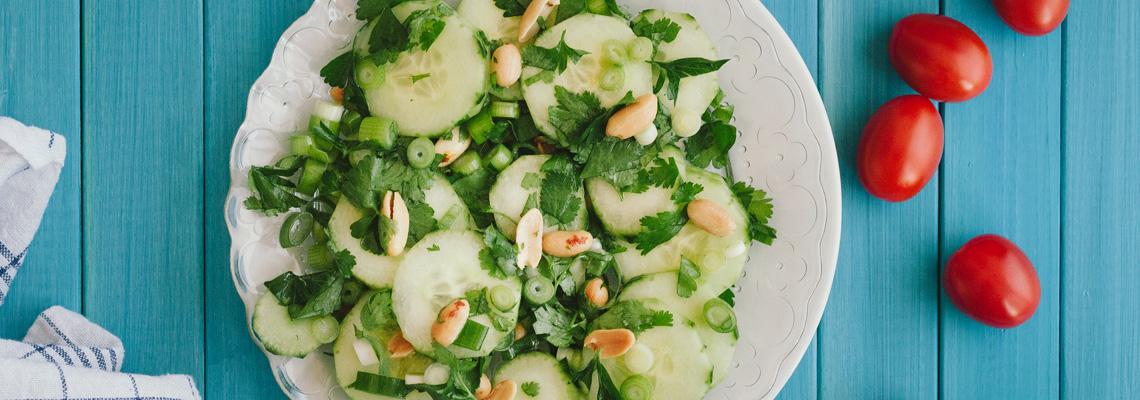 Gurkensalat mit Erdnüssen und Koriander