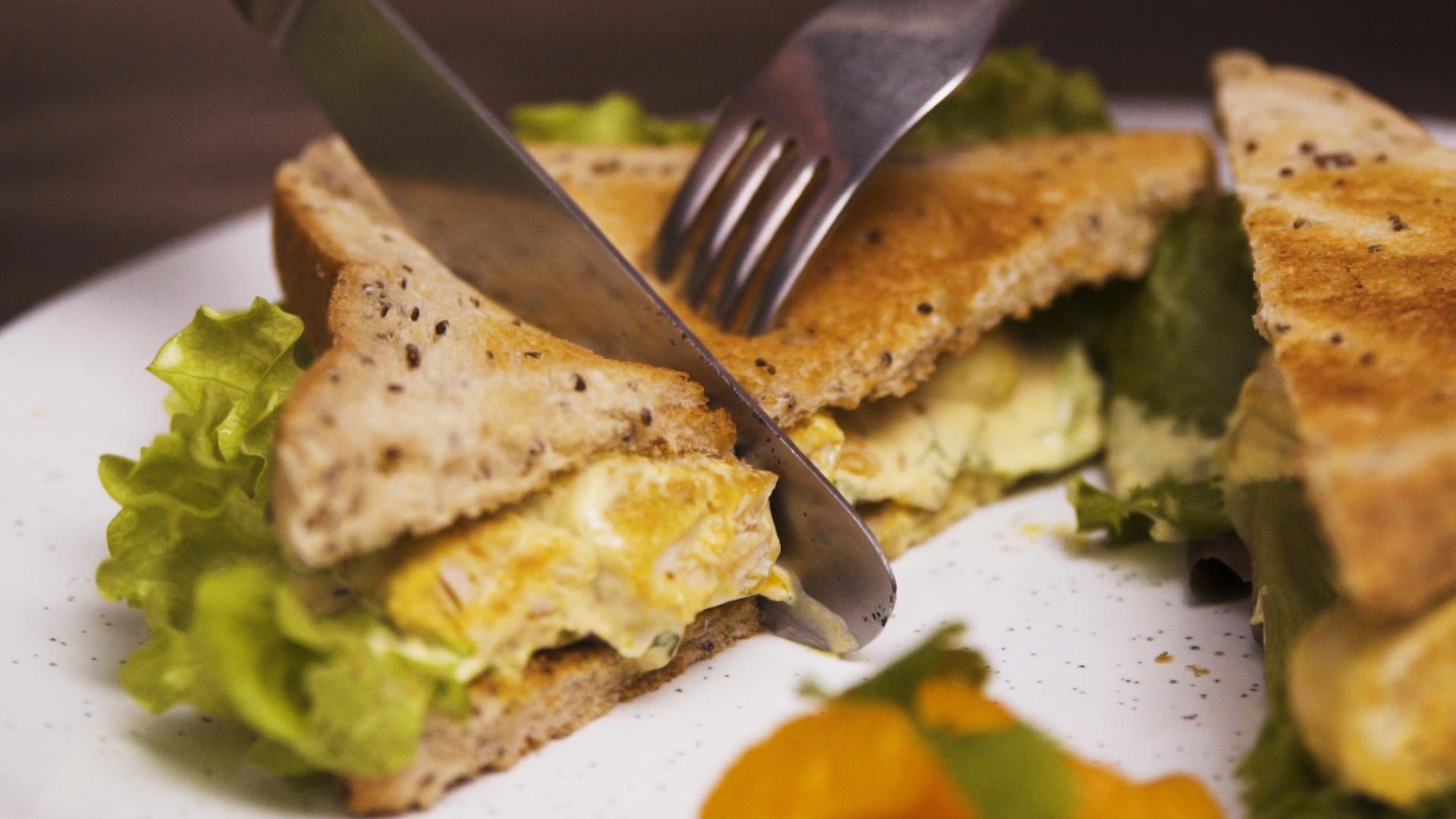 Rezept für cremiges Curry-Chicken-Sandwich