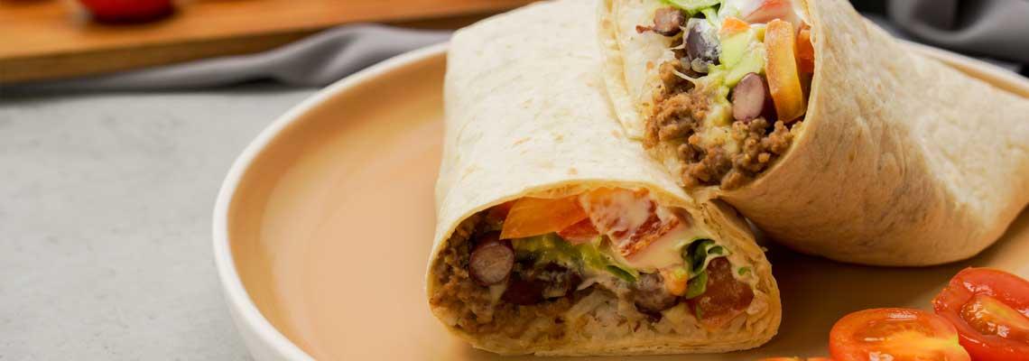 Herzhafter Burrito mit Rinderhack und Guacamole