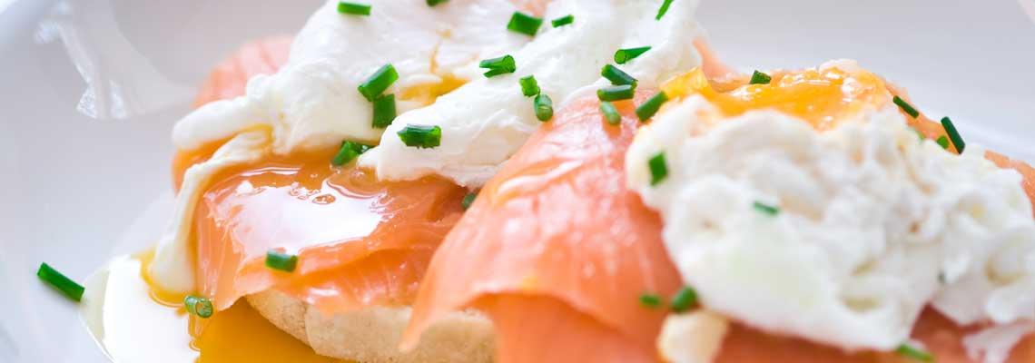 Langsam gegartes Frühstücksei mit Ikarimi Lachs