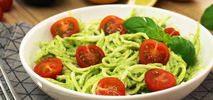 Low Carb Zucchini-Nudeln mit Avocado-Pesto