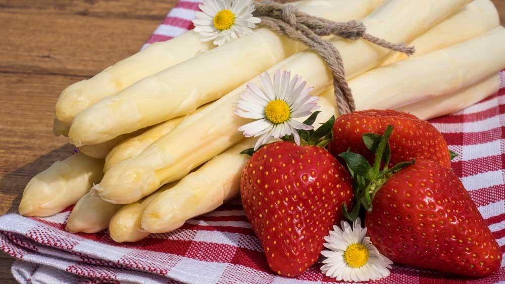 Spargel-Erdbeer-Bruschetta