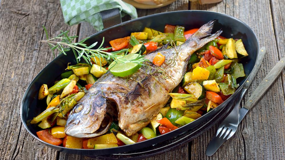 Fisch im Backofen zubereiten | Dorade auf Gemüsebett